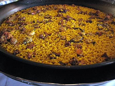 Paella de arroz con conejo y caracoles