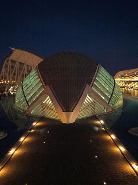 L´Hemisferic de la Ciudad de las Ciencias y de las Artes por la noche