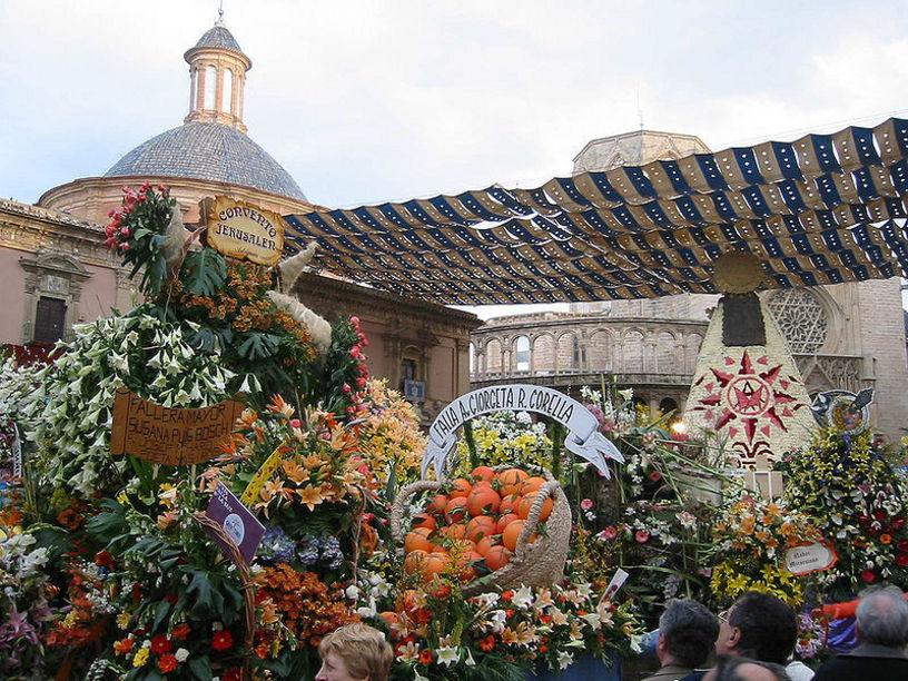 Ofrenda de flores a la Virgen de los Desamparados durante las Fallas.