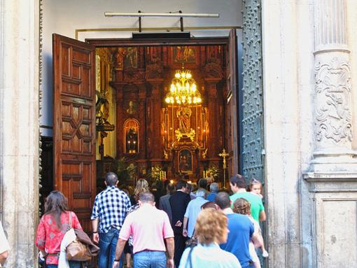 Acceso de los fieles a la Iglesia de Santo Tomas y San Felipe de Neri