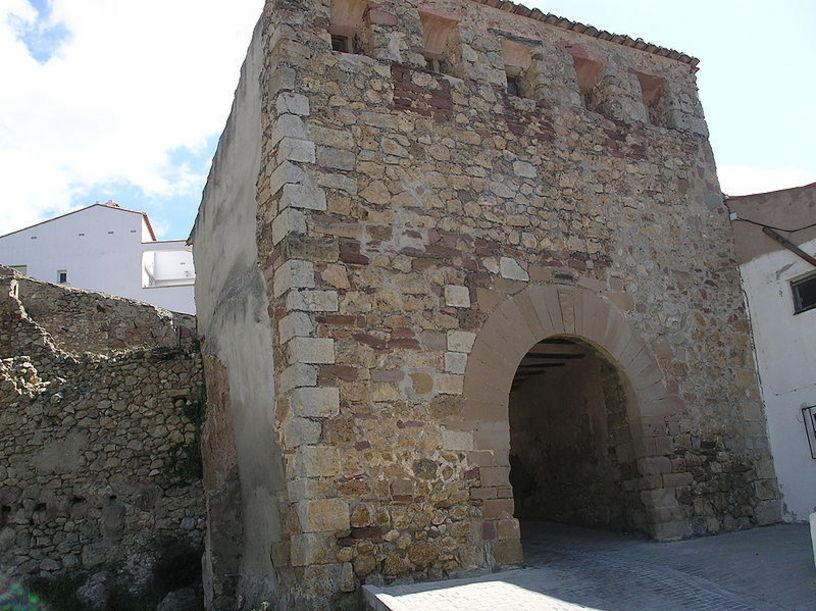 Vista de los restos de la muralla medeval en Andilla