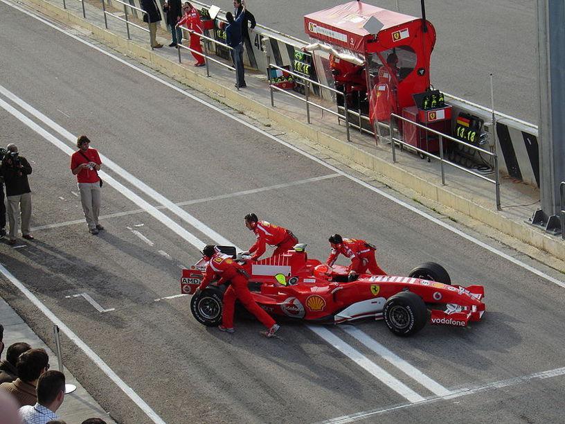 Michael Schumacher en boxes en el circuito de Cheste