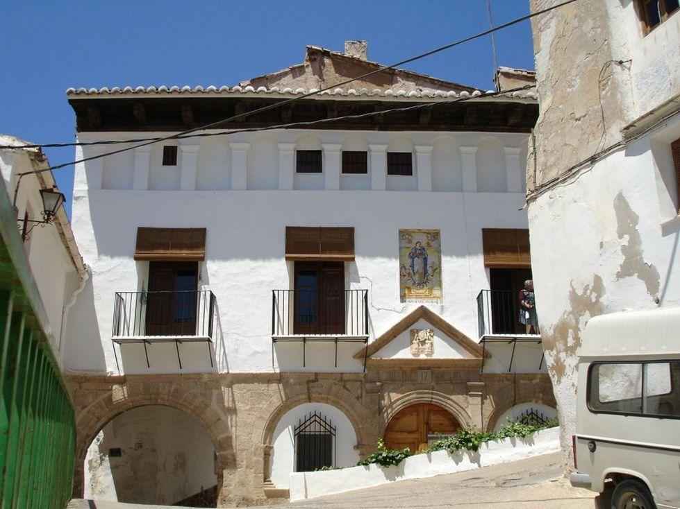 """Fachada de  el El Consejo de la villa """"Antiguo Ayuntamiento"""" de Chelva"""