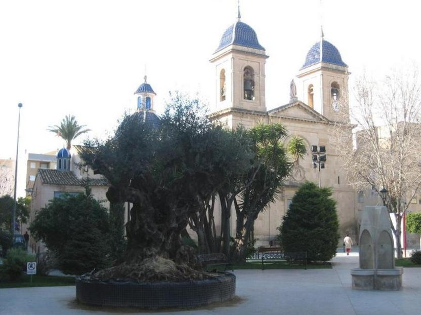 San Juan de Alicante: plaza del Ayuntamiento, con la iglesia