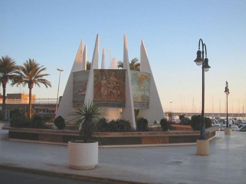 Torrevieja: monumento a las Habaneras, en el puerto