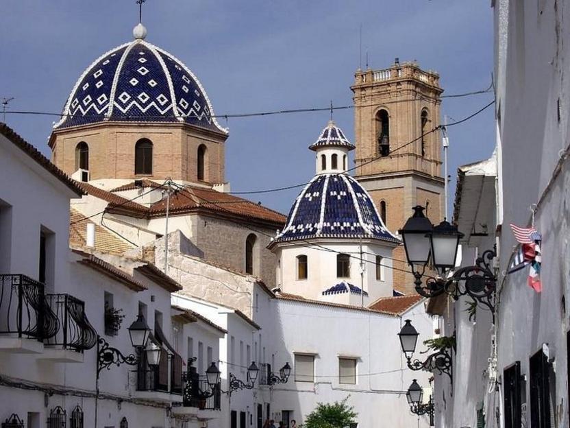 Calle del casco antiguo, con la iglesia de la Consolación al fondo, Altea