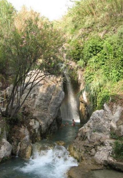 Cascada producida por las fuentes del Algar Callosa de Ensarriá