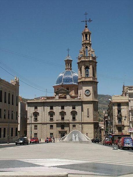 Plaza España y Sala de exposiciones Llonja de Sant Jordi