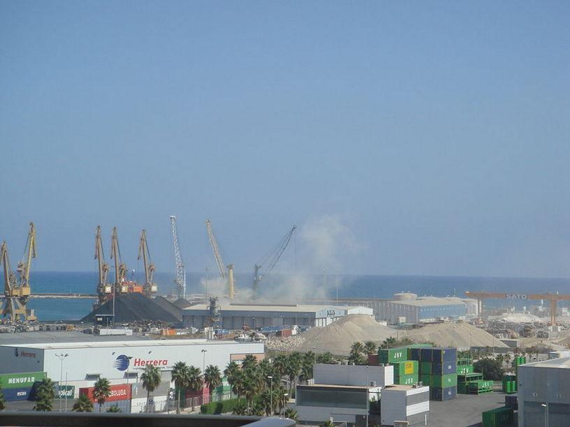 Nubes de polvo de cemento en el puerto de Alicante