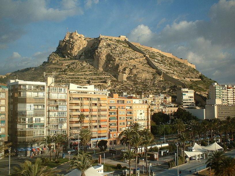 Alicante con el Castillo de Santa Bárbara por detrás