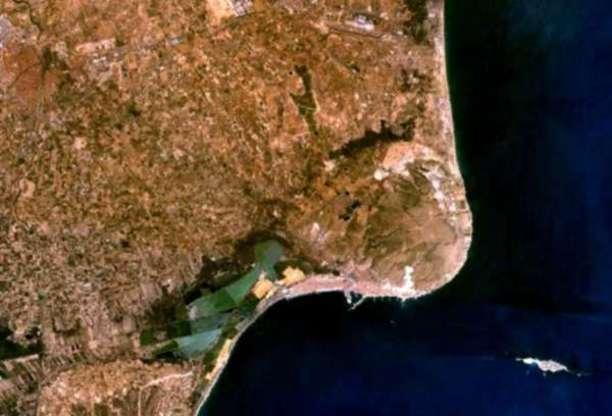 Fotografía desde satélite de Tabarca, en la esquina inferior derecha, frente a la costa de Santa Pol
