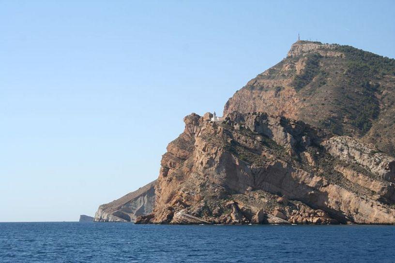 Acantilados de la Sierra Helada y el faro visto desde el mar, Altea