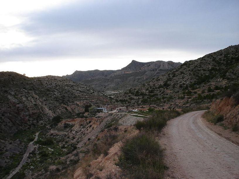 Sierra de Camara, cara sur, al fondo.