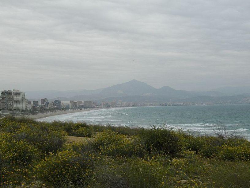 Playa de San Juan y ciudad de Alicante