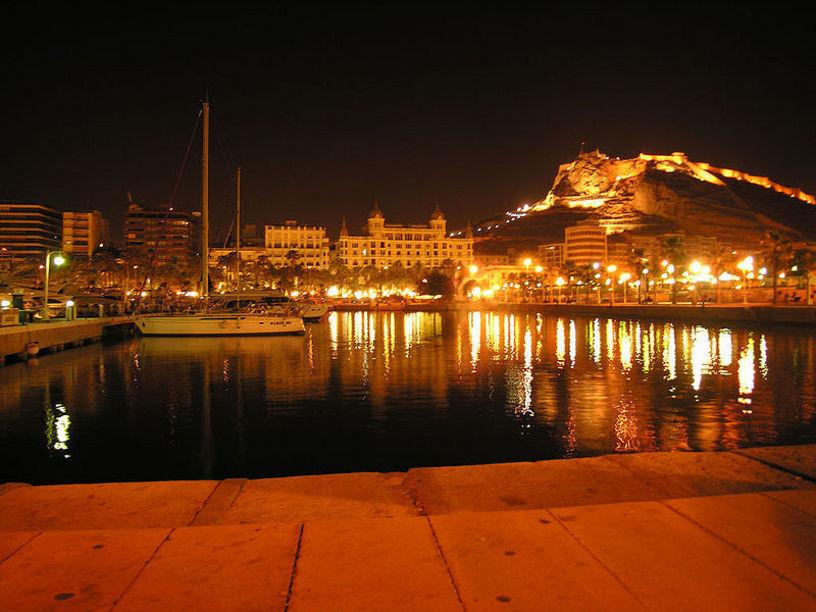 Vista del Puerto de Alicante de noche