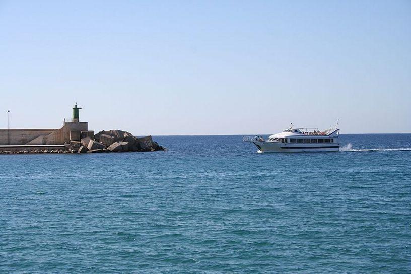 Actividad naútica cercana al puerto de Calpe