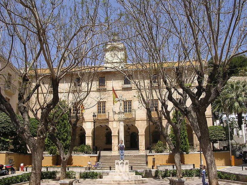 Edificio del Ayuntamiento de Denia y su entorno arquitectónico