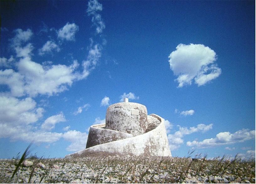La torre del moro en medio del cielo despejao en Torrevieja