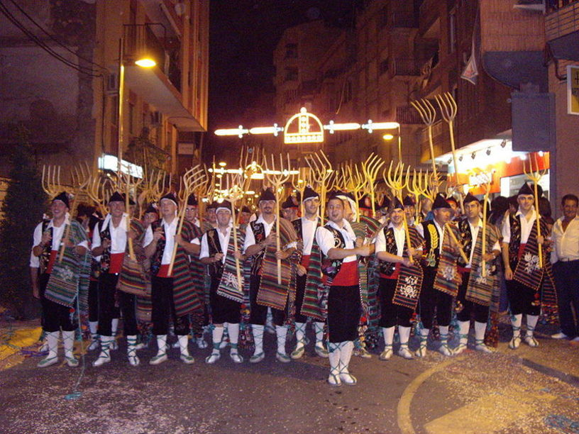 Escuedra de maseros durante la celebración de Moros y Cristianos en Villena