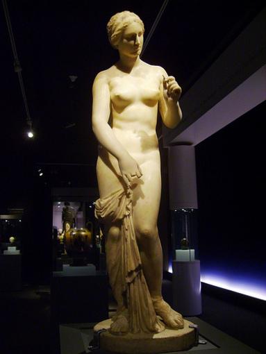 Afrodita preparandose para un baño en el Marq, Alicante