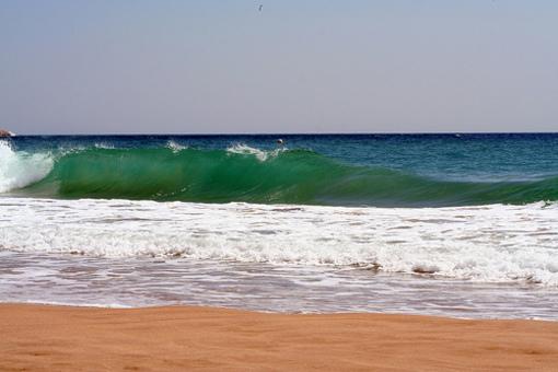 Rompiente de olas en las playas de Benidorm
