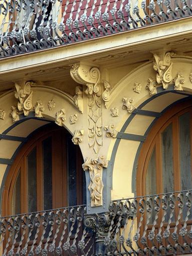Detalle de los edificios de la rambla de Alicante