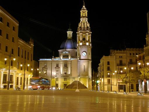 Iglesia de Santa Maria en la plaza de Alcoy por la noche