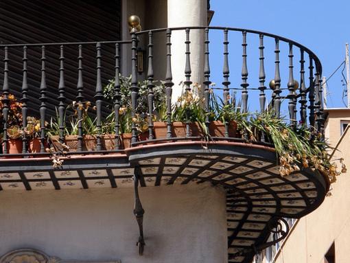 Balcon de un edificio modernista cercano a la explanada en Alicante