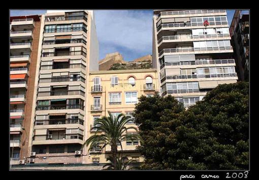 Alicante y sus ciudad en emdio de efificios modernos y antiguos