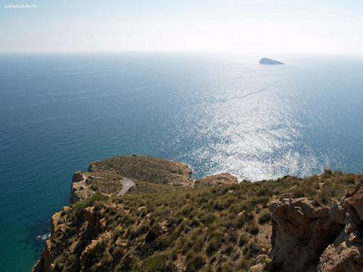Vista del islote de Benidorm desde el Parque Natural Serra Gelada