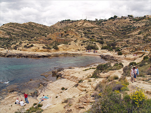 Vista entre rocas y mar en Cabo de las Huertas