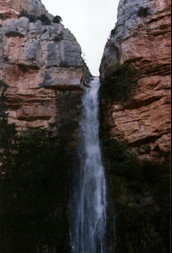 Acantilados y cascada en el Castillo de Villamalefa