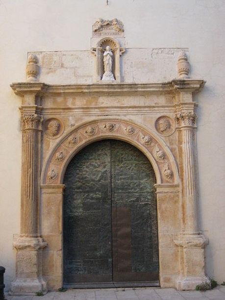 Vista de la Portada lateral plateresca de l'Església de la Mare de Déu de l'Asunción de Vinaròs