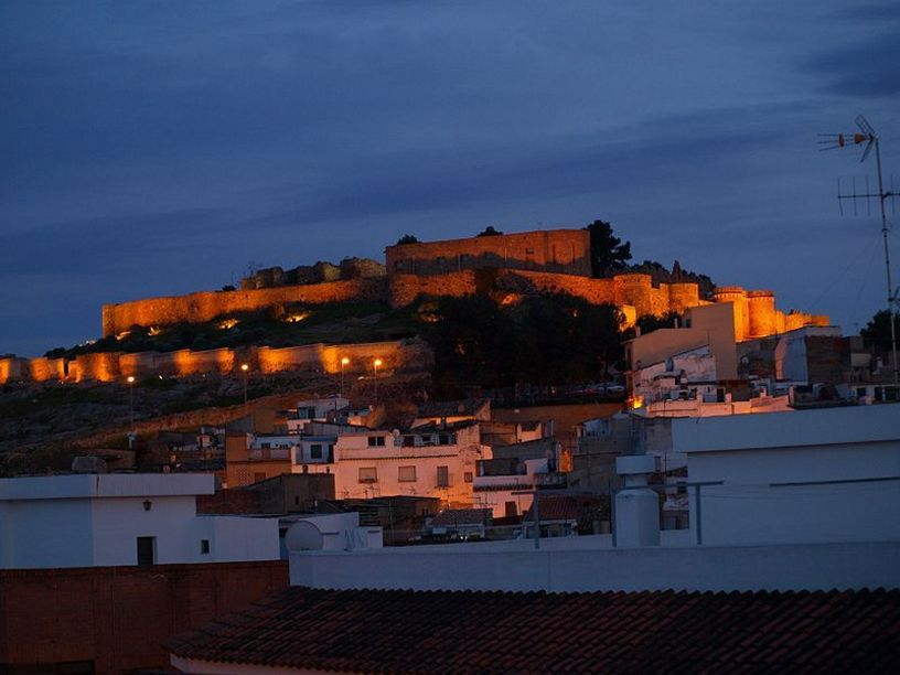 Vista nocturna del castillo de Onda
