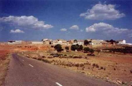 Vista de la aldea de La Loberuela, desde la carretera de Camporrobles.