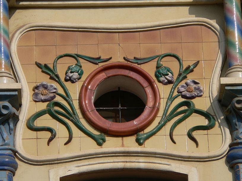 Detalles modernistas de la Casa de las Cigüeñas en Castellón de la Plana