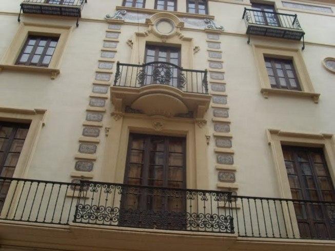 Vista des de baix dels balcons modernistes de Castelló de la Plana