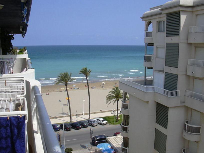 Playa de Peñíscola II.jpg  Vista del mar Mediterráneo desde un apartamento situado en un séptimo pi