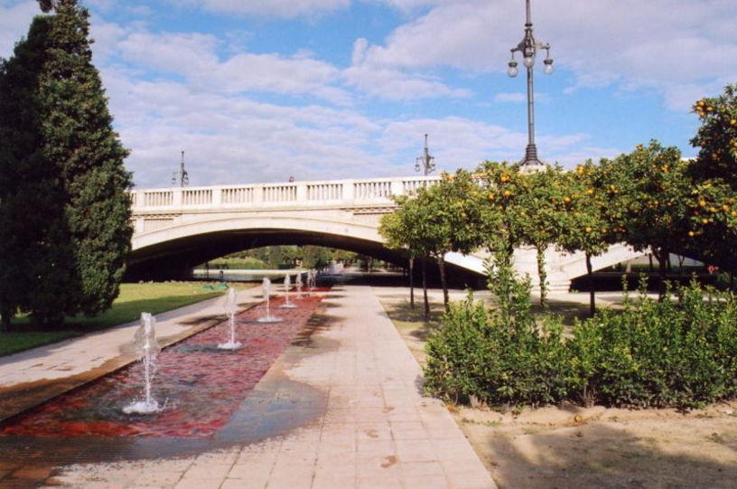 Fuentes y puente de los Jardines de Turia en Valencia