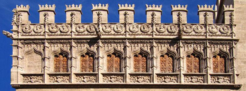 Detall del pis superior de la fatxada de la Llotja de Seda