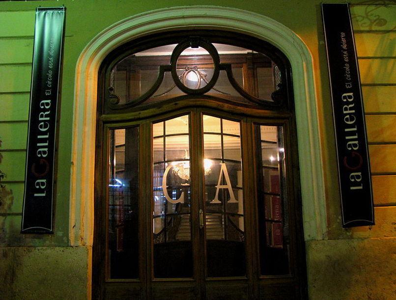 Acceso al vestíbulo principal de el Círculo Alzireño