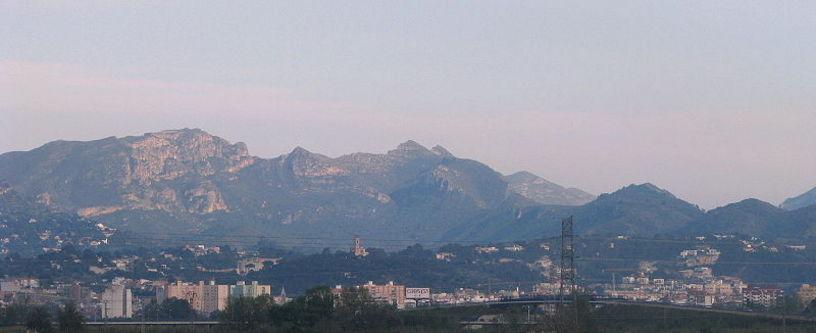 Panorámica de Alzira con las sierras de Corbera, la Murta y las Agujas, al fondo