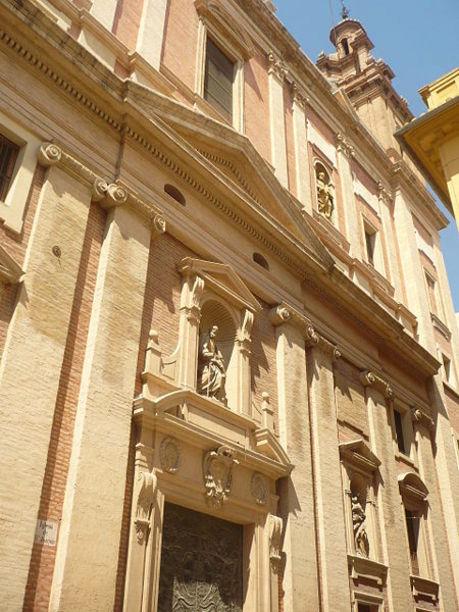 Acceso principal de la  Iglesia de las Escuelas Pías de Valencia.