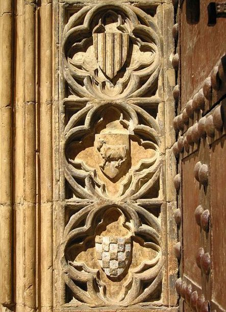 Adornos y decporaciones de una de las puertas de la Catedral de Valencia