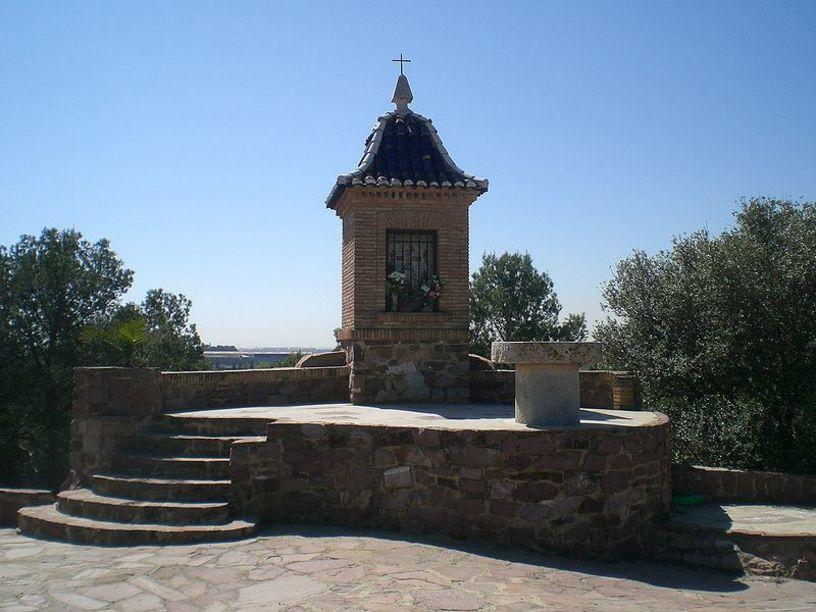 Vista del santuari de la Mare de Déu i l'altar de pedra