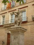 Monumento a Juan de Juanes contemplando la fachada de la Iglesia del Carmen