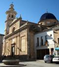 Iglesia de Jalón y su plaza característica