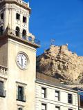Ayuntamiento y Castillo de Santa Barbara en el Fondo