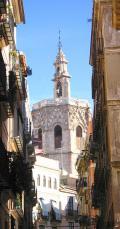 Vista de la Torre de Micalet entre als calles de Valencia